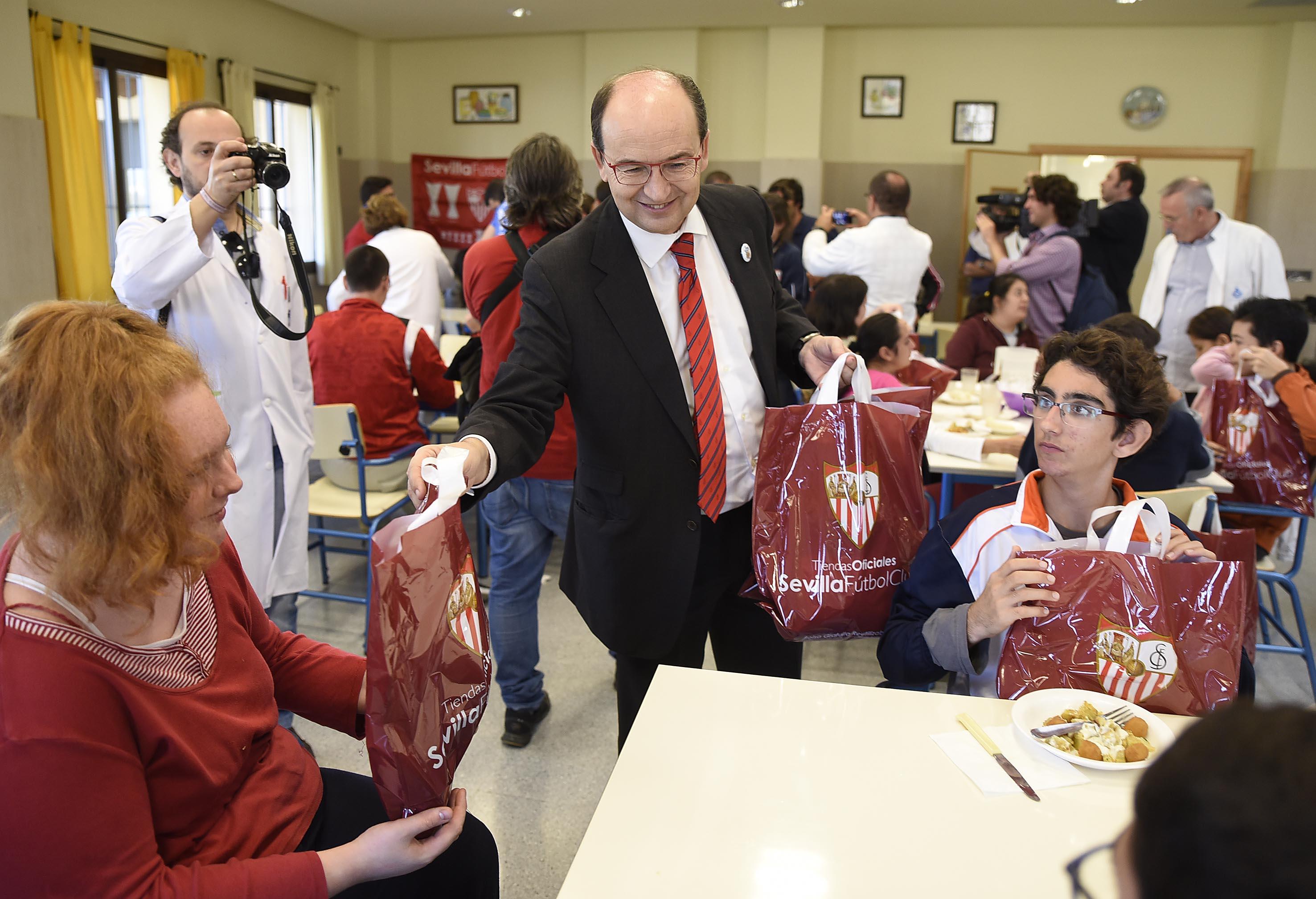 José Castro reparte regalos en la visita al Hospital San Juan de Dios de Alcalá