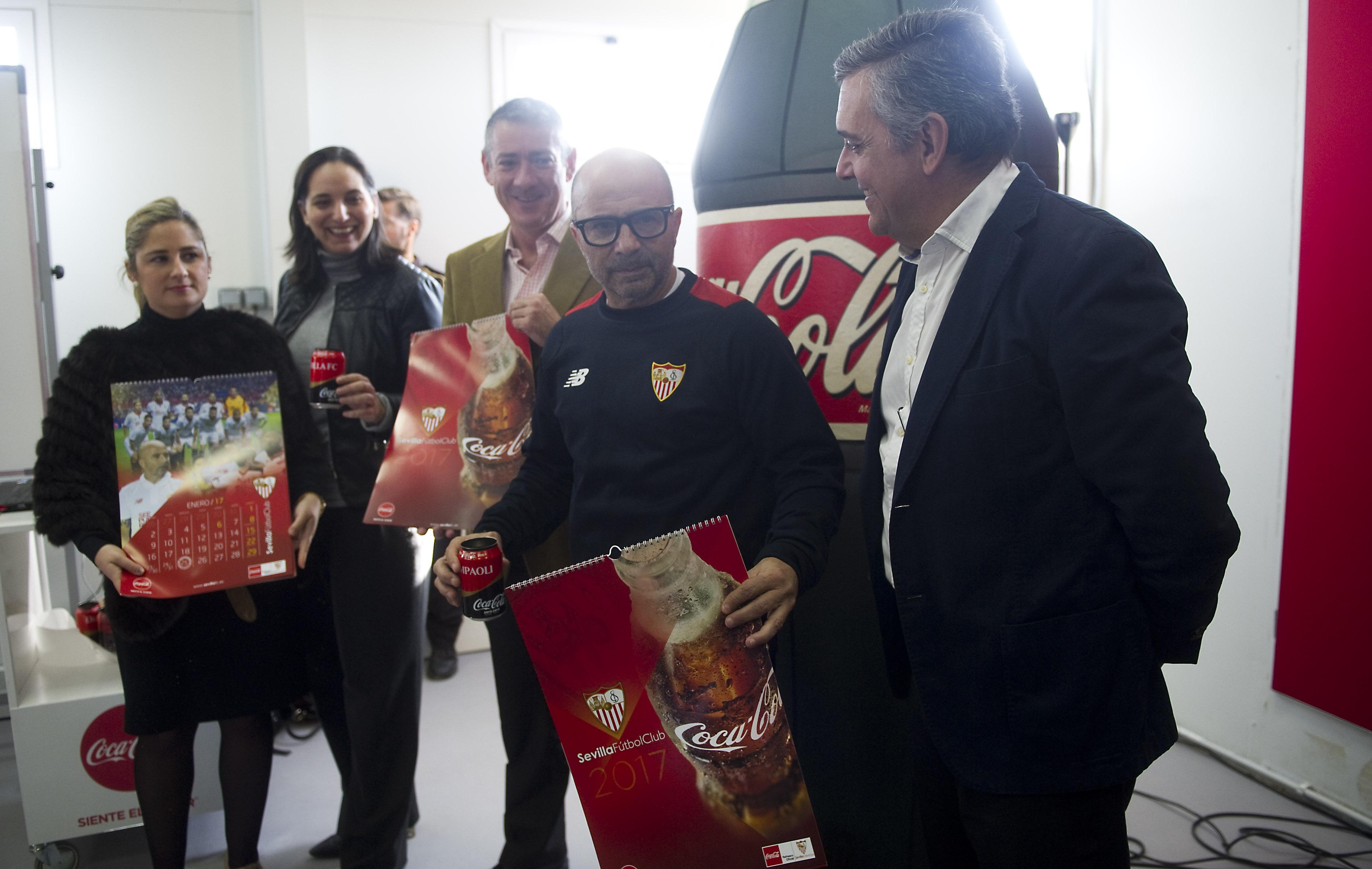 Jorge Sampaoli, con el calendario de Coca-Cola