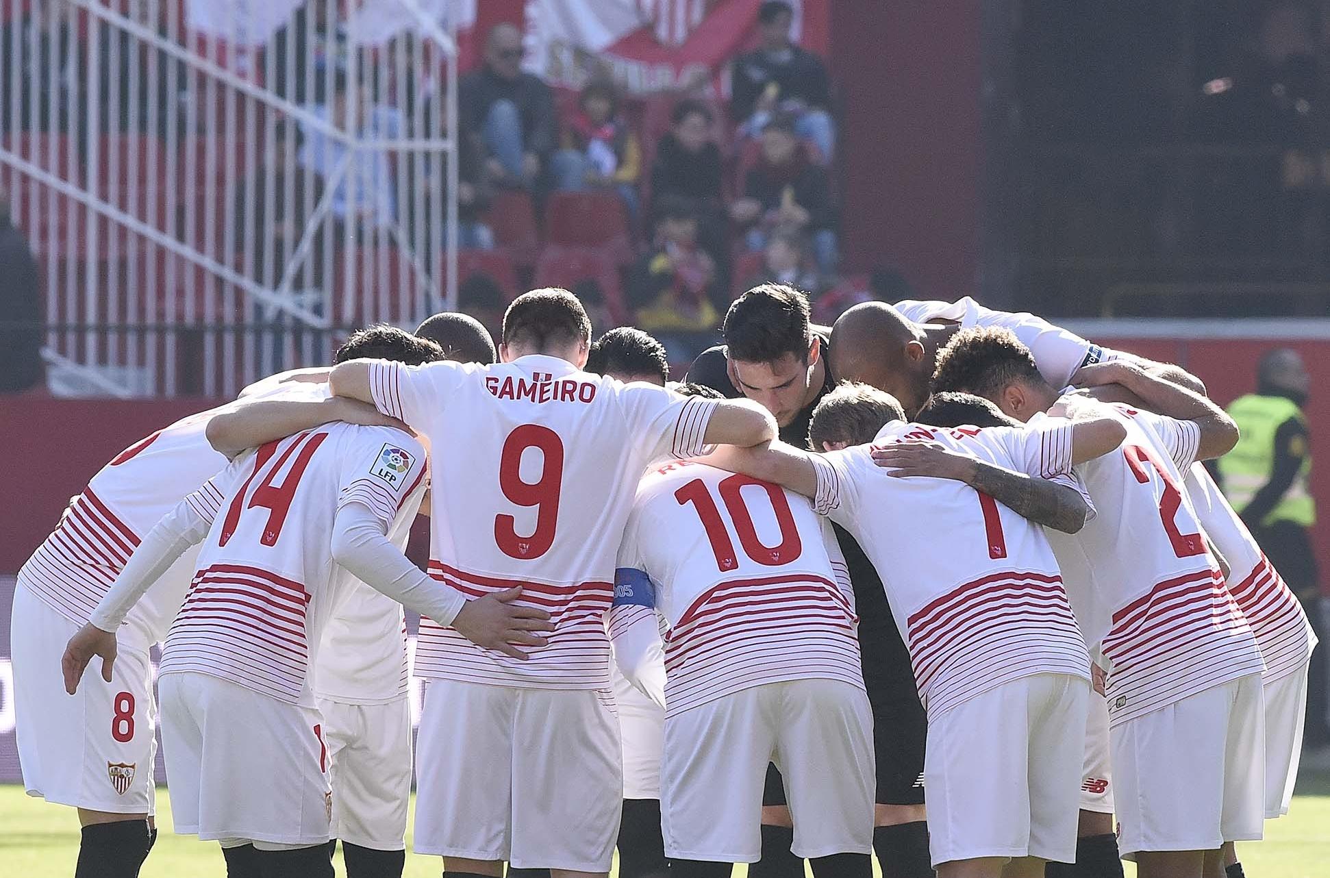 Los jugadores se abrazan antes del Sevilla FC-Levante UD