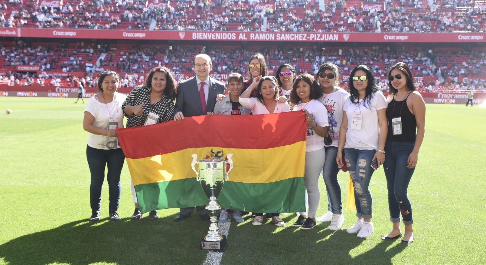 Entrega título del Mundialito de la Integración a la selección de Bolivia