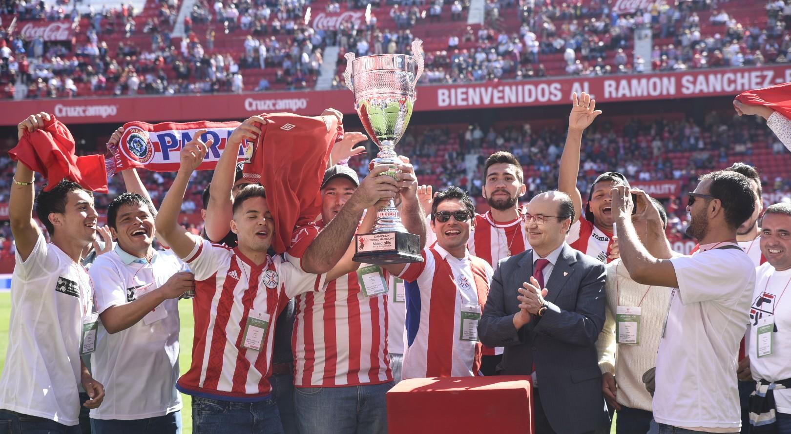 Entrega título del Mundialito de la Integración a la selección de Paraguay