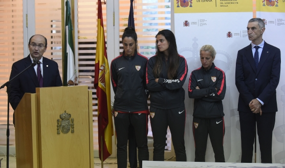 The president, José Castro, accompanied by Maite Albarrán, Marta Carrasco and Alicia Fuentes, captains of Sevilla FC Womens, and Antonio Álvarez