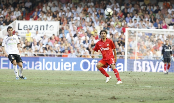 Escudé during a match for Sevilla FC
