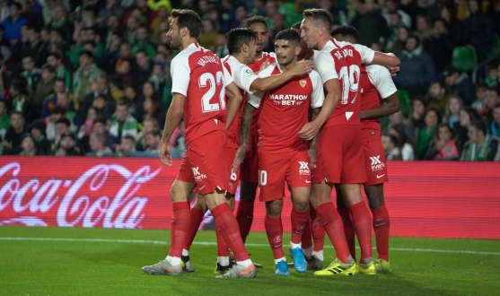 Sevilla FC celebrate De Jong's goal at the Villamarín