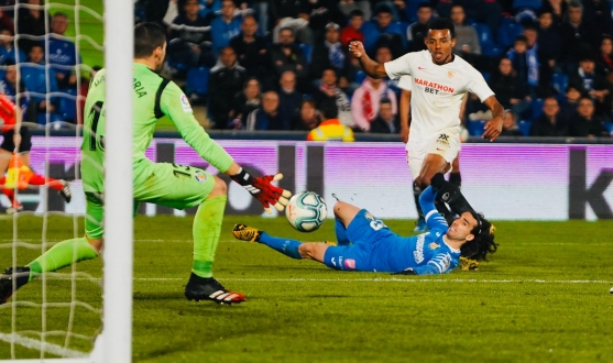 Koundé slots the ball past David Soria to score the third versus Getafe