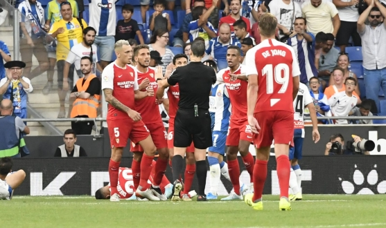 Sevilla FC players argue with the referee in Cornellá-El Prat