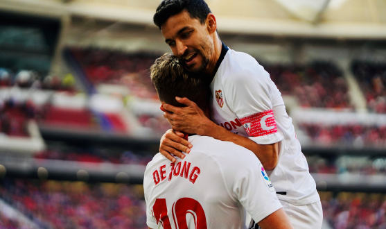 De Jong and Jesús Navas celebrate a goal