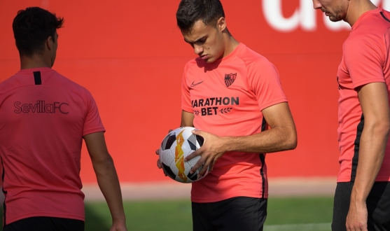 Reguilón looking at the new UEFA Europa League ball