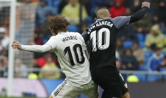 Banega challenges Modric for the ball