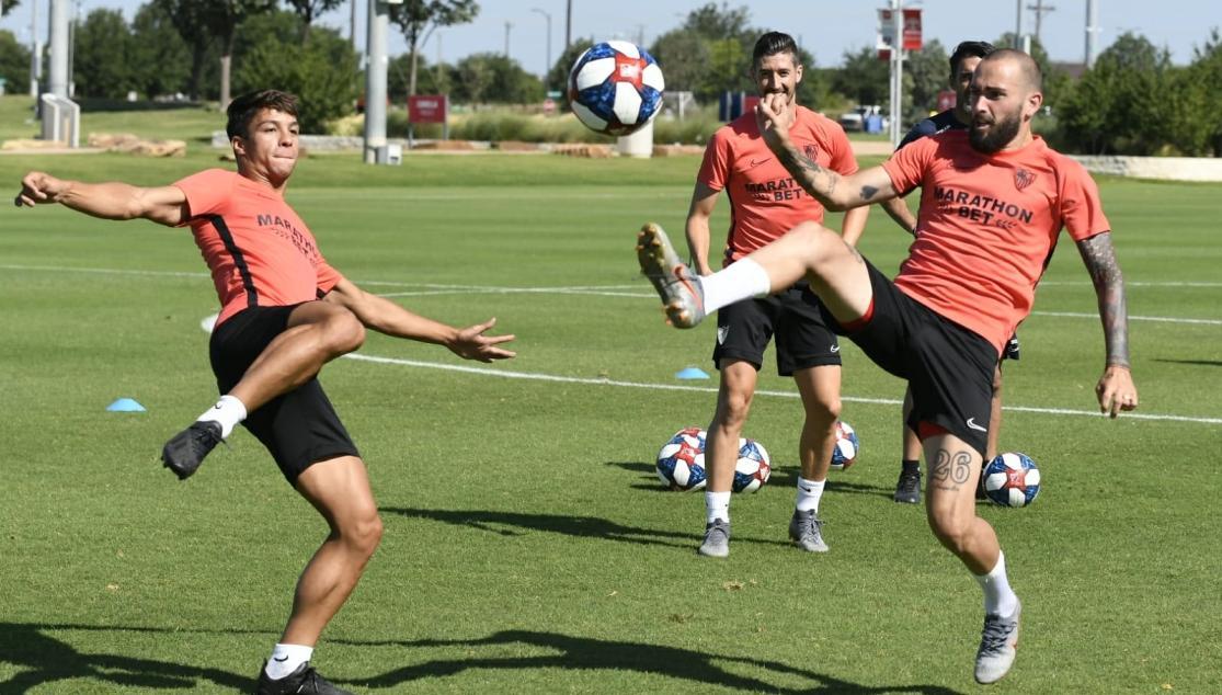 Óliver Torres y Aleix Vidal luchan por un balón en el entrenamiento