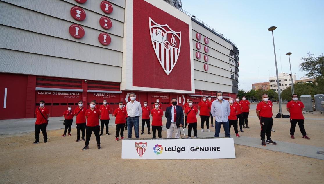 EL SEVILLA FC GENUINE RECIBE EL ÁLBUM OFICIAL DE CROMOS DE LA TEMPORADA 19/20