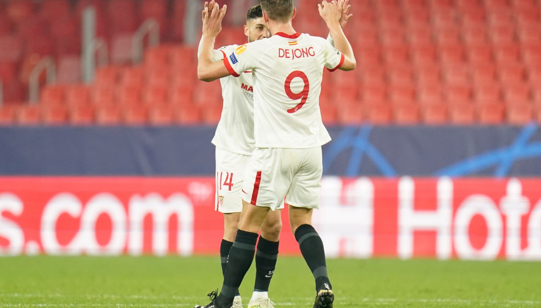 Óscar and De Jong celebrate Sevilla FC's second goal