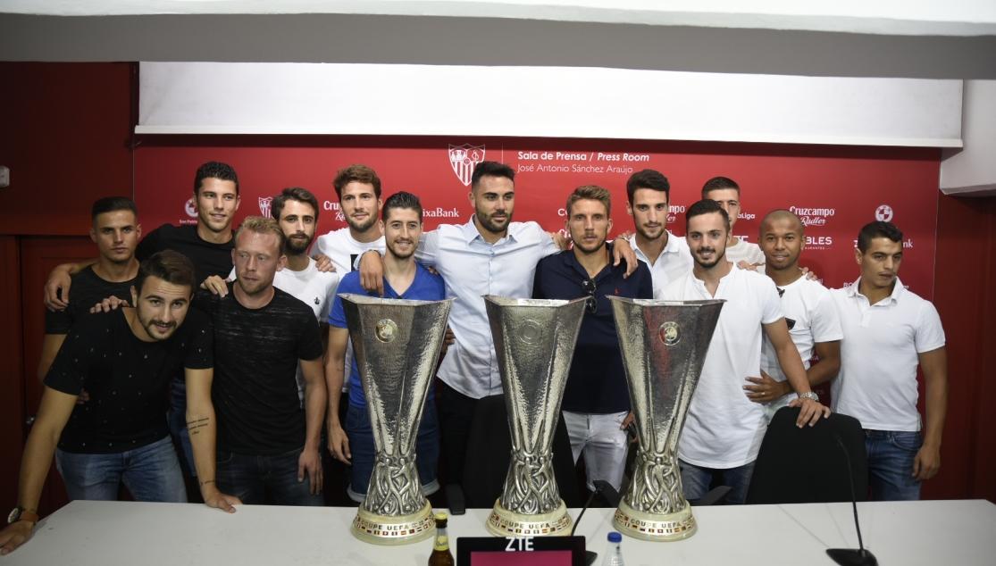Vicente Iborra, en su despedida del Sevilla FC con algunos de sus compañeros. Foto vía SevillaFC.es