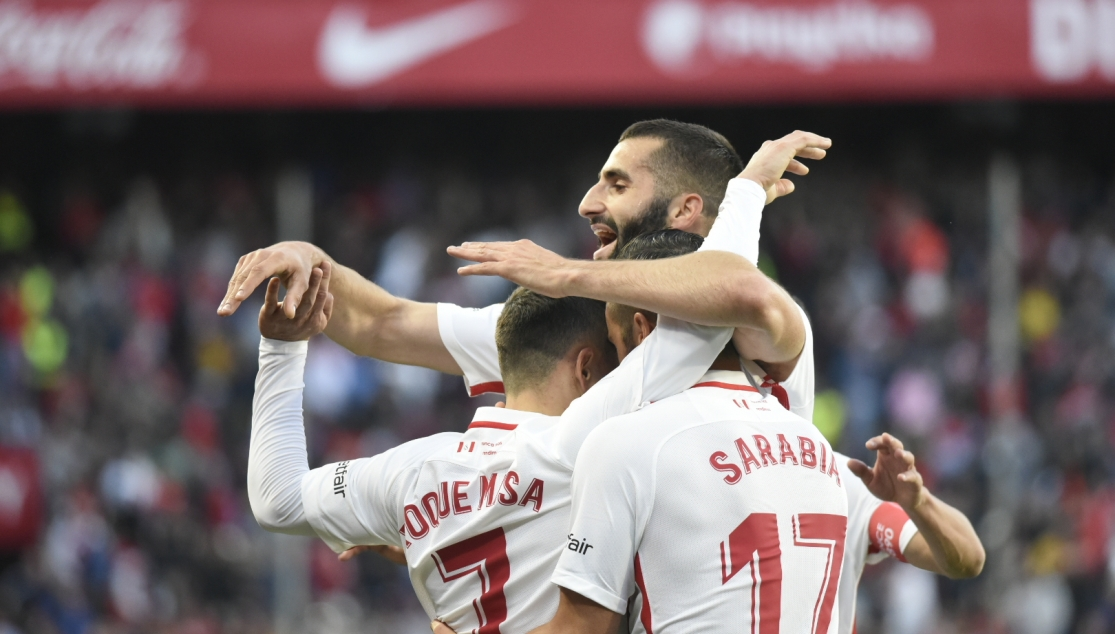Sevilla's players celebrate the win against Alavés