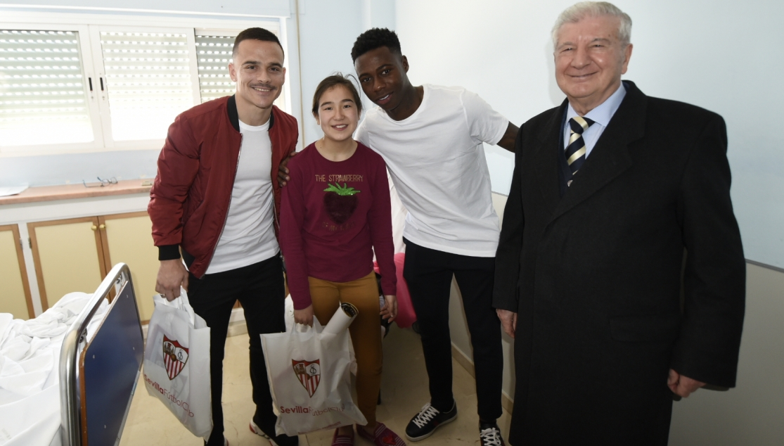 Roque Mesa and Quincy Promes bring gifts alongside Gabriel Ramos