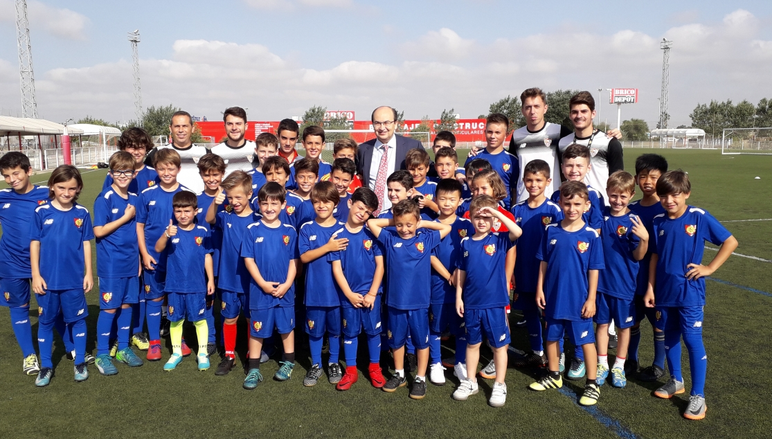 Visita del presidente José Castro a los niños del Campus Football & English