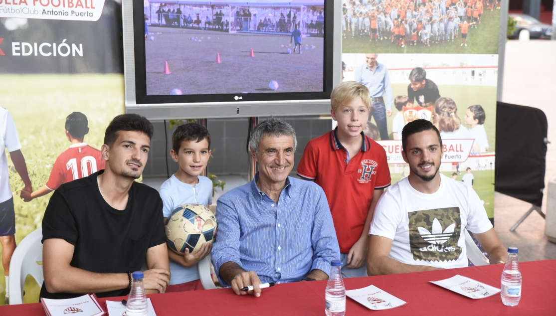 Alex Muñoz, Antonio Álvarez and Pablo Sarabia at the Antonio Puerta School signing