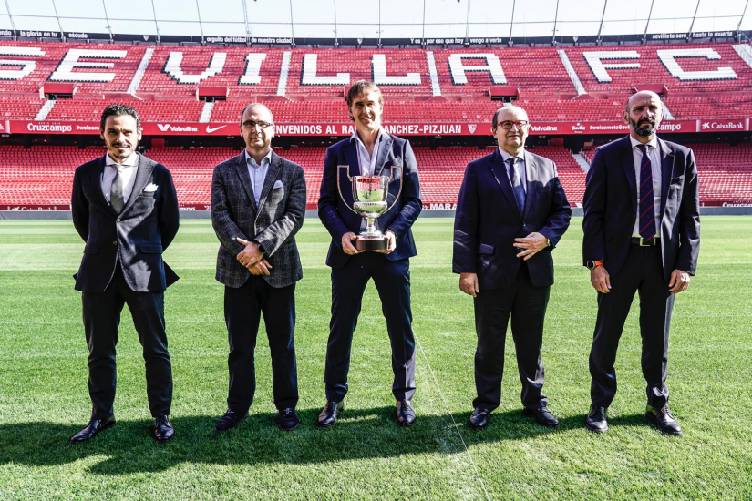 Julen Lopetegui poses with the Trofeo Miguel Muñoz 19/20