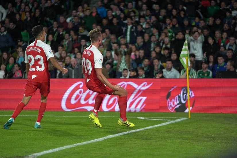 De Jong celebrating his goal in the Villamarín